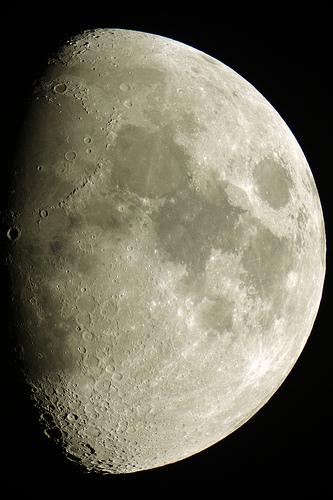 Luna ripresa con Canon EOS 450D al fuoco diretto del rifrattore apocromatico 25cm f/9
